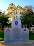 Het Gerechtsgebouw van de klokprovincie en WW2 Gedenkteken stock afbeeldingen