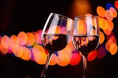 Het gerinkel van twee wijnglazen bij de partij Royalty-vrije Stock Fotografie