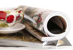 Het gerolde luxetijdschrift op glanzend papier van de vrouw in stapel stock fotografie
