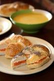 Het gerookte Ongezuurde broodje van de Zalm Royalty-vrije Stock Foto's