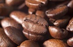 Het geroosterde close-up van koffiebonen Stock Foto's