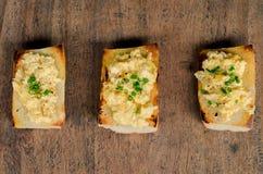 Het geroosterde Franse brood met gooit ei door elkaar Stock Afbeeldingen