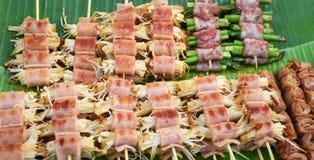Het geroosterde gouden broodje van de naaldpaddestoel met bacon Stock Foto