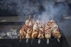 Het geroosterde kebab koken op de close-up van de metaalvleespen Royalty-vrije Stock Afbeelding
