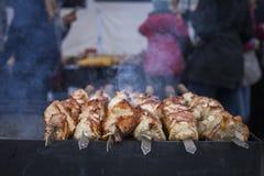 Het geroosterde kebab koken op de close-up van de metaalvleespen Stock Foto