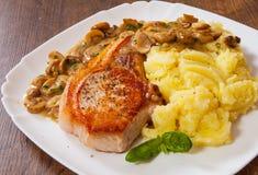 Het geroosterde lapje vlees van de vleesfilet met Paddestoelsaus en fijngestampte aardappel Stock Afbeelding
