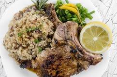 Het geroosterde lapje vlees van het riboog met integrale rijst Stock Foto