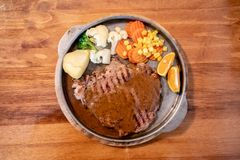 Het geroosterde lapje vlees van het rundvleesvlees met sinaasappelen en groenten stock foto
