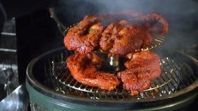 Het geroosterde vlees roosteren, vlees op de steenkolen