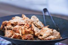 Het geroosterde vlees wordt voorbereid in de wok Stock Afbeeldingen