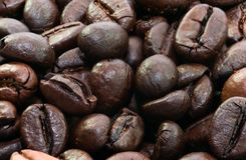 Het geroosterde zwarte macroschot van koffiebonen dicht omhoog Stock Foto's