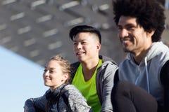 Het geschikte en sportieve jonge team ontspannen na werkt in de stad uit royalty-vrije stock foto