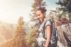 Het geschikte gezonde jonge vrouw backpacking in bergen stock afbeeldingen