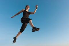 Het geschikte vrouwen springen Stock Fotografie
