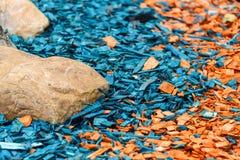 Het geschilderde houten zaagsel is oranje en blauw stock foto's