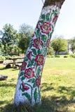 Het geschilderde oude houten die plattelandshuisje met een hand wordt verfraaid schilderde kleurrijke bloemen, Zalipie, Polen royalty-vrije stock afbeelding