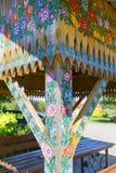 Het geschilderde oude houten die prieel met een hand wordt verfraaid schilderde kleurrijke bloemen, Zalipie, Polen royalty-vrije stock fotografie