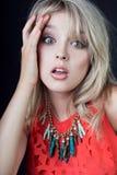 Het geschokte Jonge sexy blondevrouw stellen in studio Stock Afbeeldingen