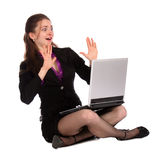 Het geschokte meisje zit op vloer met notitieboekje. Royalty-vrije Stock Afbeelding