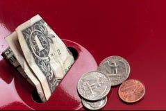 Het geschonken geld zit in de inzameling van het reddingsleger Stock Foto's