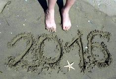 Het geschreven jaar van 2016 in het zand en een zeester Royalty-vrije Stock Afbeeldingen