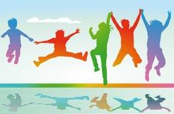 Het gesilhouetteerde kinderen springen Stock Foto's