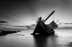Het gesloopte schip in zwart-wit stock fotografie