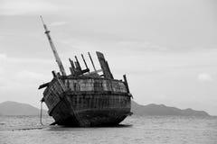 Het gesloopte schip in zwart-wit stock afbeeldingen