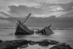 Het gesloopte schip in zwart-wit royalty-vrije stock foto's