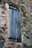 Het gesloten Oude Externe Blind van het Houtvenster in Rustieke Steenmuur S royalty-vrije stock afbeelding