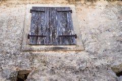 Het gesloten oude houten blind Stock Afbeeldingen