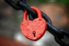 Het gesloten rode hangslot Royalty-vrije Stock Afbeeldingen
