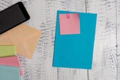 Het gesloten vooraanzicht kleurde rechthoekige het document van het envelop lege blad kleverige de blocnotes van notasmartphone h royalty-vrije stock afbeelding