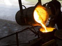 Het gesmolten ijzer gesmolten metaal schonk aan gietlepel in Stock Foto