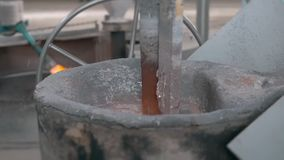 Het gesmolten metaal goot in zand het vormen en het afgietsel van de aluminiumlegering, roodgloeiend metaal stock footage