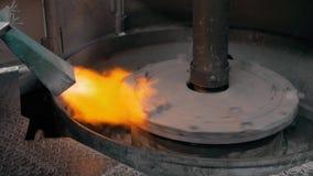 Het gesmolten metaal goot in zand het vormen en het afgietsel van de aluminiumlegering, roodgloeiend metaal stock videobeelden