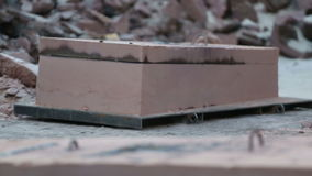 Het gesmolten metaal koelt in de vorm af stock videobeelden