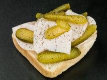 Het gesneden Braadstuk Turkije met Augurk legt Open Sandwich met Zwarte peperkruiden in Royalty-vrije Stock Foto