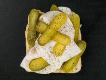 Het gesneden Braadstuk Turkije met Augurk legt Open Sandwich met Zwarte peperkruiden in Stock Foto