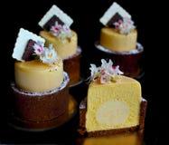 Het gesneden dessert van de mango oranje lente met kastanjebloemen en het decor van het chocoladeservet stock foto