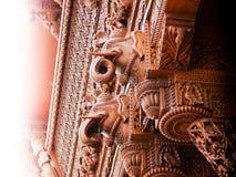 Het gesneden detail van de olifants houten architectuur stock foto's