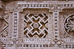Het gesneden Dubbele Ikat patroon van Patola op de binnenmuur van Ranien ki vav, ingewikkeld geconstrueerd stepwell op de banken  Stock Foto