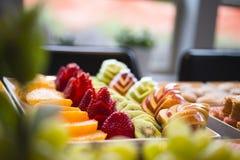 Het gesneden fruit en de bessen worden gediend op de feestelijke lijst stock foto