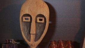 Het gesneden houten masker stock footage
