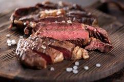 Het gesneden middelgrote zeldzame geroosterde close-up van het rundvleeslapje vlees ribeye royalty-vrije stock afbeeldingen