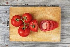 Het gesneden voedsel van de tomatenvoorbereiding stock foto