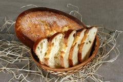 Het gesneden witte brood is in een stromand op het tafelkleed grijs l Stock Afbeeldingen