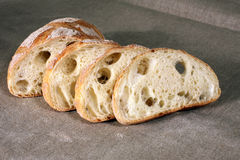 Het gesneden witte brood op het tafelkleed wordt gemaakt van linnen Royalty-vrije Stock Fotografie