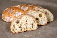 Het gesneden witte brood op het tafelkleed wordt gemaakt van linnen Royalty-vrije Stock Foto's