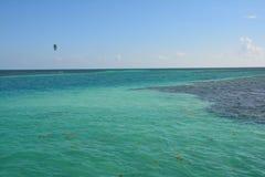 Het Gespleten Strand op Caye-Breeuwijzereiland Belize royalty-vrije stock afbeeldingen